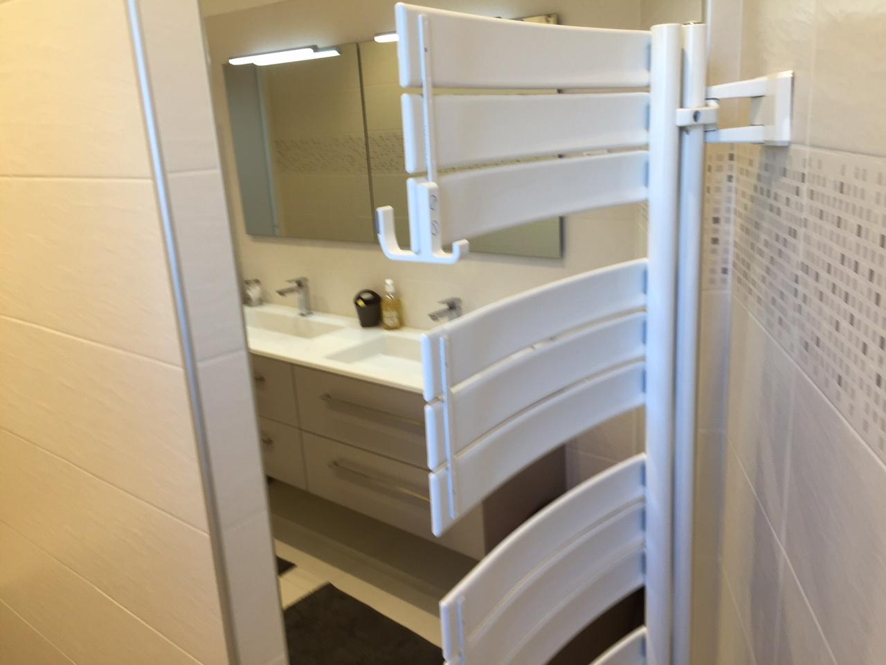 installation de s che serviettes soufflant pour salle de. Black Bedroom Furniture Sets. Home Design Ideas